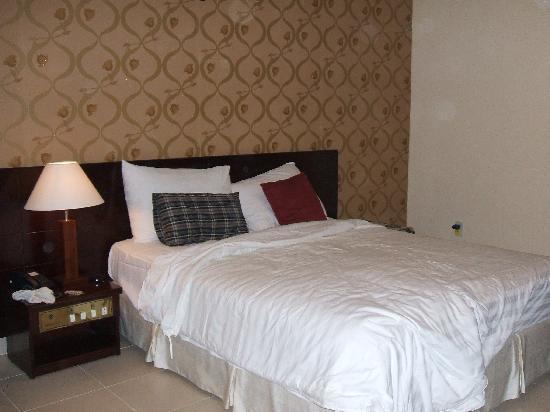 Asian Ruby Luxury Hotel: spacious bedroom