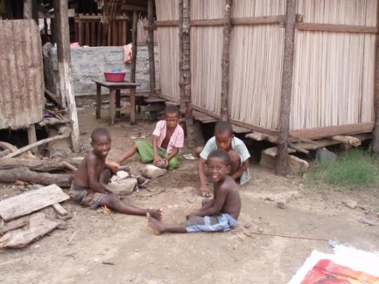 Madagascar - isola Nosy Be  tanta povertà...ma sorridono sempre