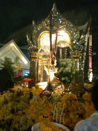 Erawan Shrine (Thao Mahaprom Shrine): Erawan Shrine.. Make a wish for my examen, IND and wish we are lucky and the mos happiness cuopl