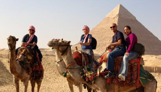 Kheopspyramiden: The camel guides are more than happy to take pictures for you.  The Pyramid of Khefre in the bac