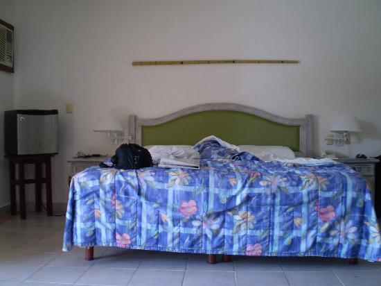 Hotel Posada Del Mar: large bed with fridge on side