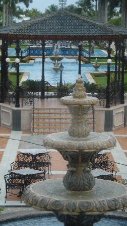 Hotel Riu Palace Mexico: Right after you walk out of the Lobby
