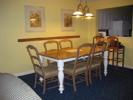 Wyndham Newport Overlook: HUGE dining room table...the unit does sleep 6