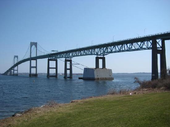 Wyndham Newport Overlook: Yes, the bridge IS that close!