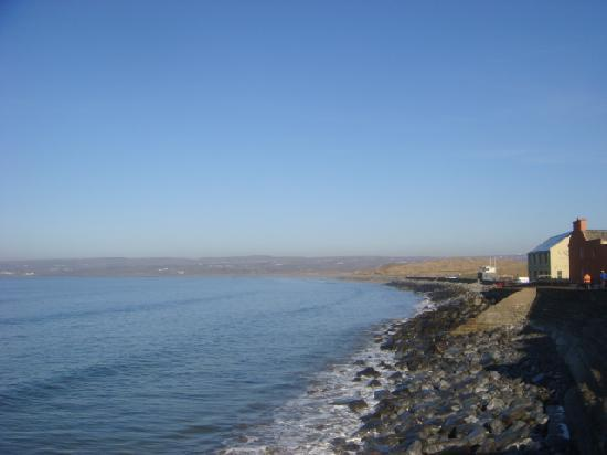 Shamrock Inn Hotel: Across the road is the beautiful beach and walks
