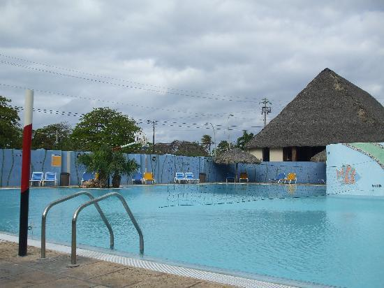 Hotel Sunbeach: La seule piscine du resort