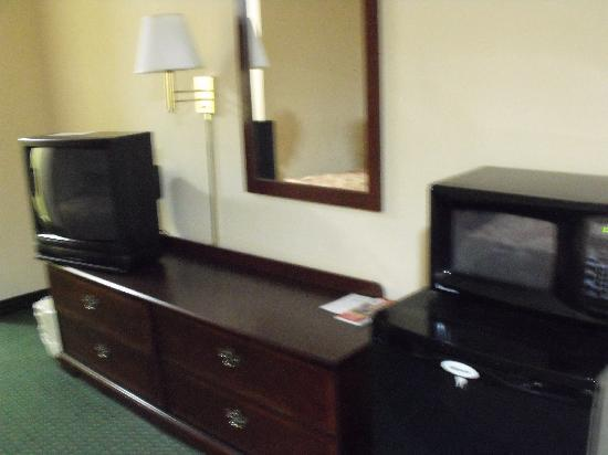 Red Roof Inn Hardeeville: TV, MicroWave and Bar Fridge