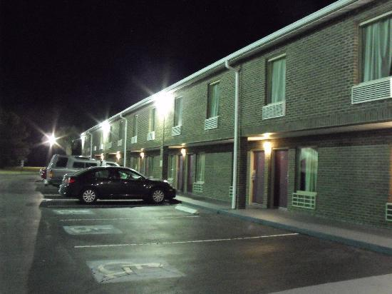 Red Roof Inn Hardeeville: Night Time at Property