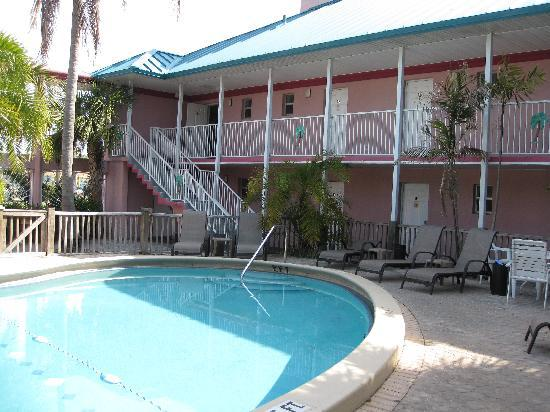 Fawlty Towers Resort Motel: View from in front of the Tiki Bar