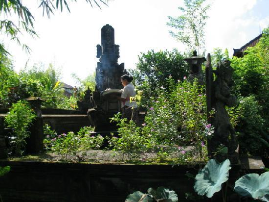 Santra Putra Guesthouse: Garden U0026 Grandma