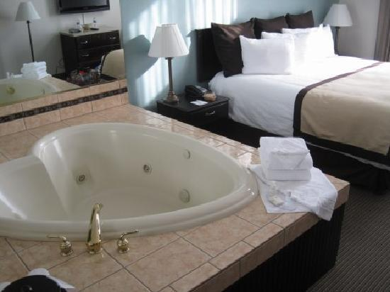 quality inn heartshaped jacuzzi next to king bed