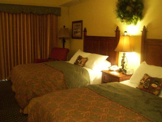 The Inn at Christmas Place: 2 queen bed theme room