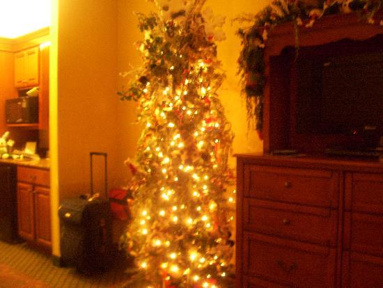 The Inn at Christmas Place: full tree in room 2 qn theme