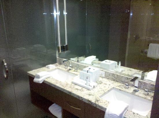 ARIA Resort & Casino: bathroom