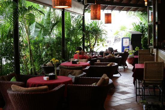 Terrace restaurant picture of anise hotel phnom penh for Restaurant with terrace