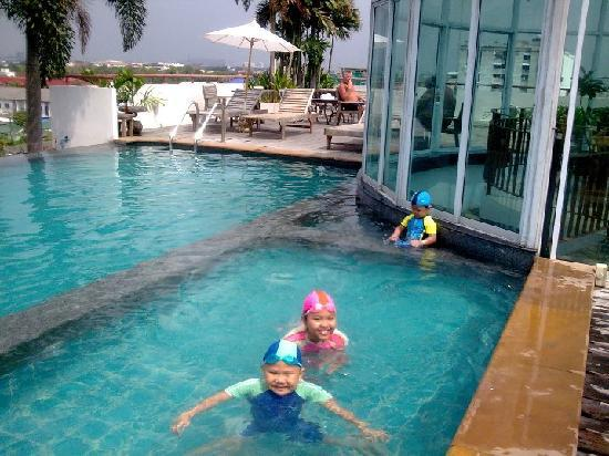 Bansabai Hostelling International : my kids likes the roof taft  swimming pool