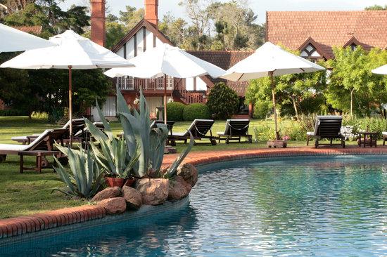Hotel L'Auberge: Pool & garden