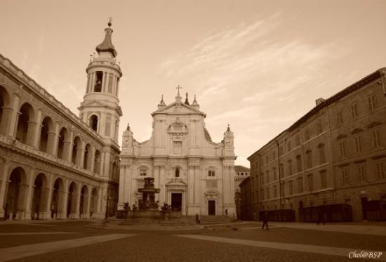 Loreto, Italia: Лорето известно во всем мире тем, что здесь находится сантуарий, где сохраняется Дом Пресвятой Б