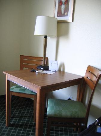 Fairfield Inn & Suites Spokane Downtown : Fairfield Inn - Table and chairs