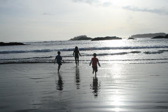 Ocean Village Beach Resort: MacKenzie Beach outside the door...