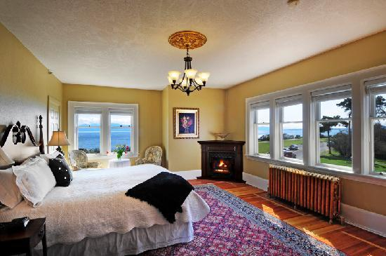 Dashwood Manor Seaside Bed and Breakfast Inn: Chelsea, the original master bedroon