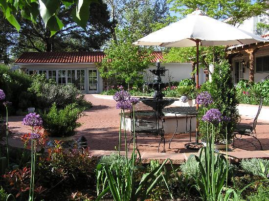 Casa Blanca Inn & Suites: Gardens, fountains meandering paths