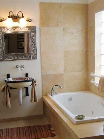 Casa Blanca Inn & Suites: well appointed baths