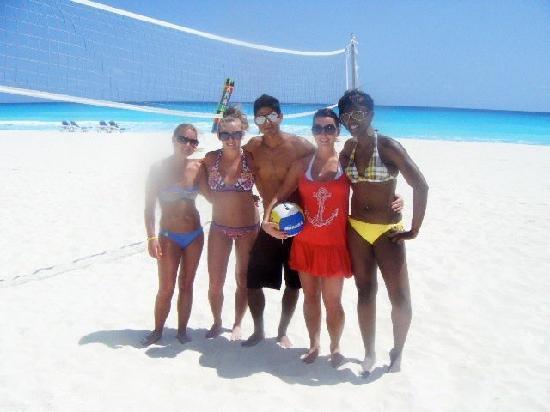 Panama Jack Resorts Cancun: Beach volleyball with Paco!