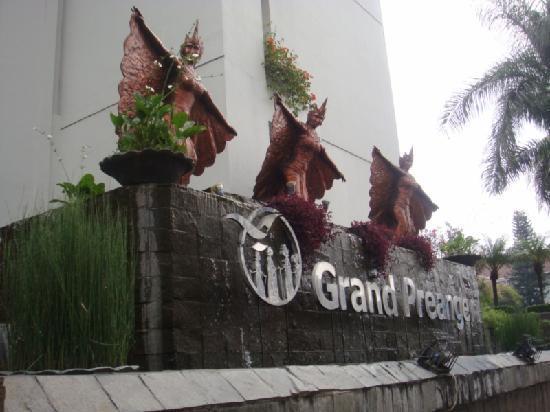 Prama Grand Preanger: main entrance