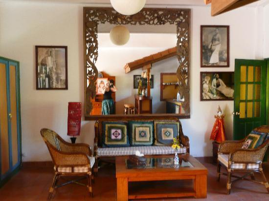 Secret Garden Chiang Mai: Der Salon und (im Spiegel) die Bar unseres Bungalows