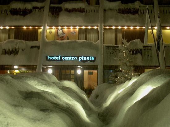 Centro Pineta Family Hotel & Wellness: Vista esterna invernale