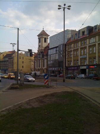 Europeum Hotel: Hotel from the outside (it is the glass facaded building)