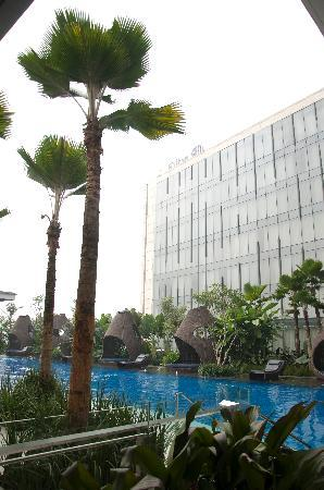 Hilton Bandung: The Swimming Pool