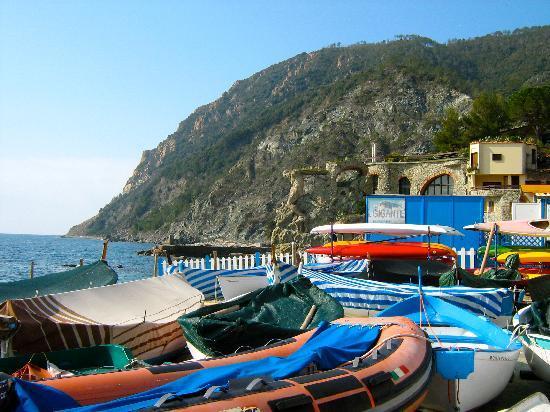بونتا ميسكو: Boats on one of the Monterossa beaches.