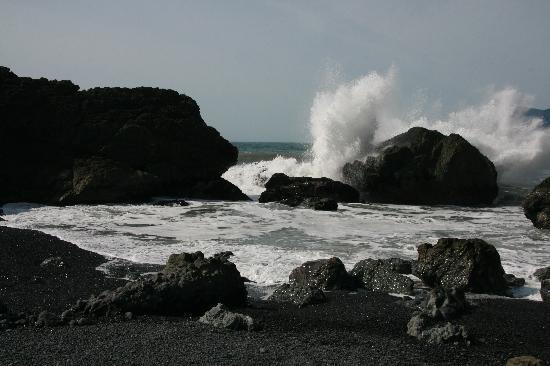 The Tides Inn of Shelter Cove: Black Sand Beach - More Waves