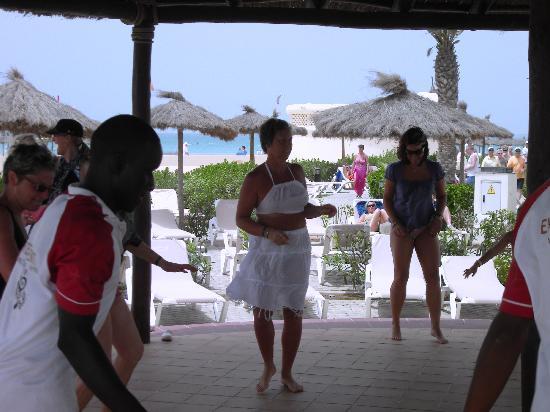 Hotel Riu Karamboa: cour de danse avec les animateurs