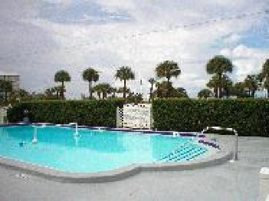 Gulf Winds Resort Condominium : Heated Pool