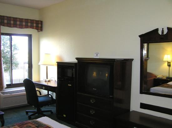 Best Western Tunica Resort: Desk, microwave, fridge, TV