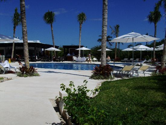 Ocean Breeze Riviera Maya Hotel: Path to pool & restaurant from hotel
