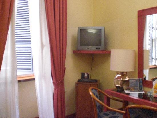 BEST WESTERN Hotel Mondial: Television Minibar Mesa