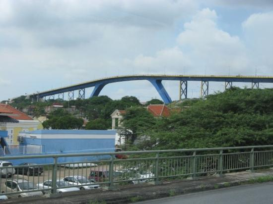 Curaçao: Very nice looking bridge in Curacao