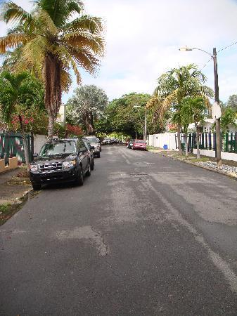 Coqui del Mar Guest House: The neighborhood street...very family oriented.