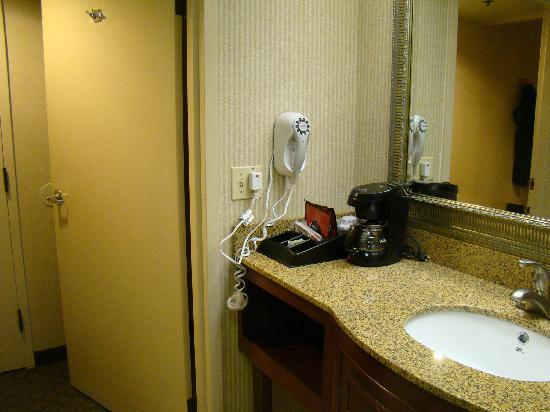 The Comfort Inn & Suites Anaheim, Disneyland Resort: coffee maker in the bathroom