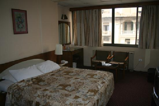 Cairo Khan Suites Hotel: Room 412 - good size - windows have gaps allowing a lot of noise