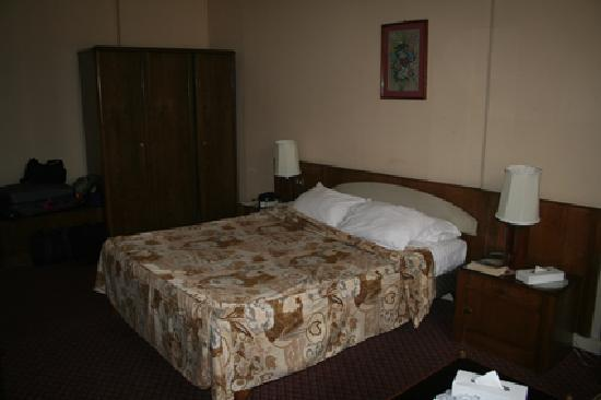 Cairo Khan Suites Hotel: Another view of 412 - the chunky old furniture was similar in all but disn't fit properly in the