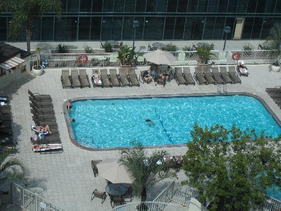 Hilton Anaheim: Outdoor pool on 5th floor
