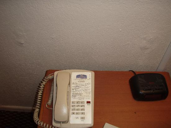 Howard Johnson Hotel - Tampa Airport/Stadium: Holes in the wall-patched and repainted somewhat