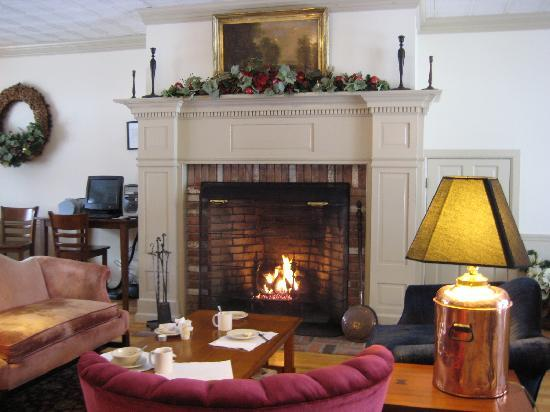 The Thompson House: nice fireplace near breakfast area