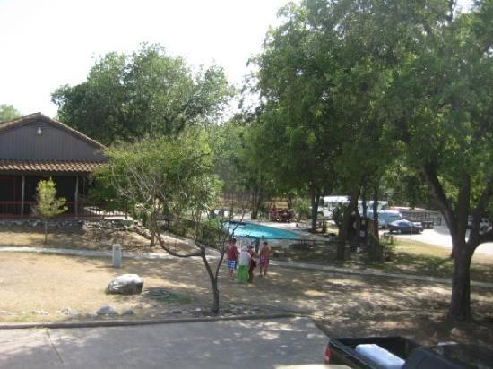 Gruene River Outpost Lodge: View of the pool from our room. The Guadalupe river was just to the right.