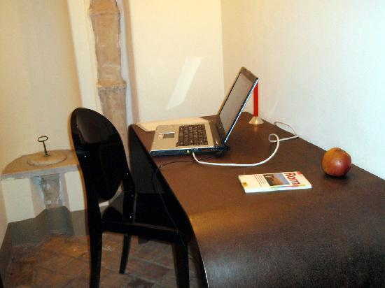 Residenza Torre Colonna : designer desk with Philippe Starck chair